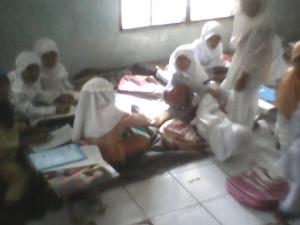Siswa DTA sedang belajar