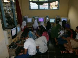 Warga Belajar Paket C Belajar Komputer